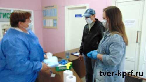 В Оленинском районе местные коммунисты подарили медицинские маски ЦРБ
